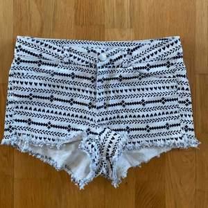 Jättefina shorts med aztecmönster, passar tyvärr inte längre och har ingen bild när dom sitter på men dom brukade var mina absoluta favoriter! Priset är inkl. frakt.