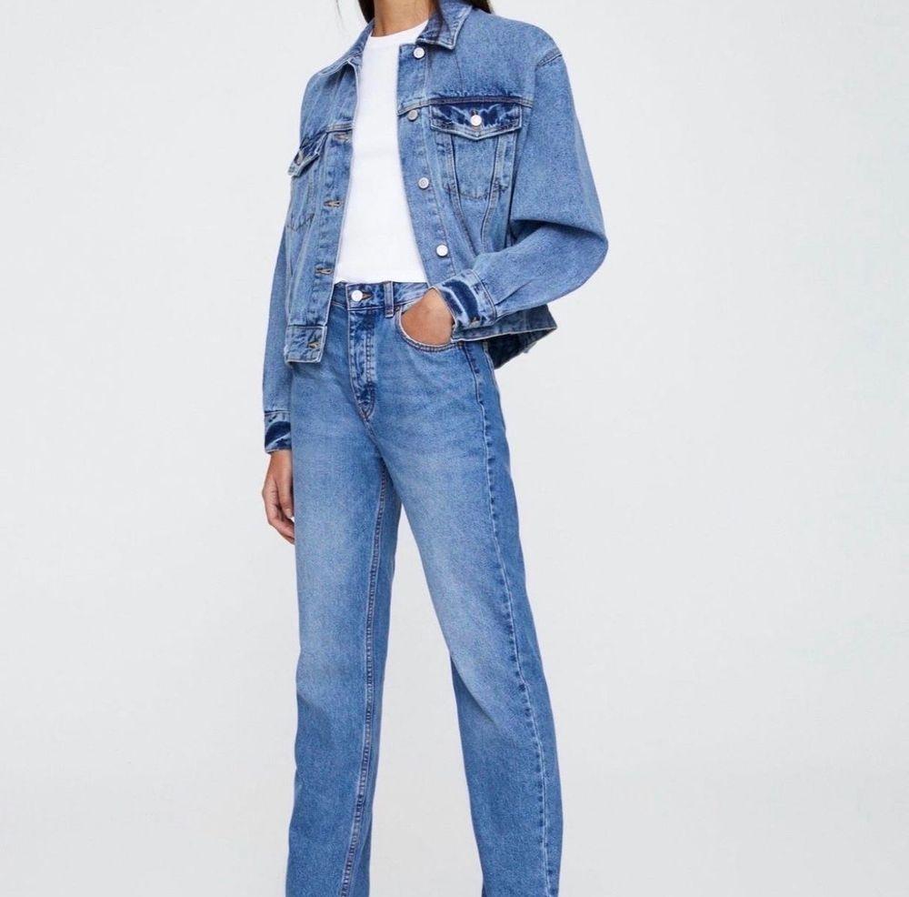 Ett par raka och långa jeans från pull & bear. Aldrig använda och prislappen sitter kvar! Storlek 32 men väldigt långa så passar även större storlekar! . Jeans & Byxor.