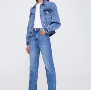 Ett par raka och långa jeans från pull & bear. Aldrig använda och prislappen sitter kvar! Storlek 32 men väldigt långa så passar även större storlekar!