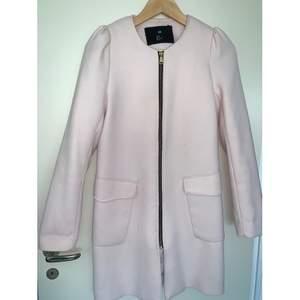 Fin ljusrosa kappa från H&M i strl 34. Använd fåtal ggr så är i fint skick. Färgen framkommer bäst i andra bilden. Frakt ingår i priset.
