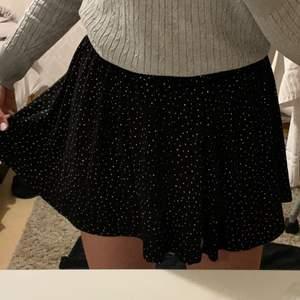 Säljer denna jätte gulliga kjol. Den är i jättebra skick, då jag nästan använda den. Det står att kjolen är i storlek XS men eftersom den är så stretchig så kan den även passa folk upp till storlek M. Kan mötas upp i Stockholm eller frakta. 🥰🥰