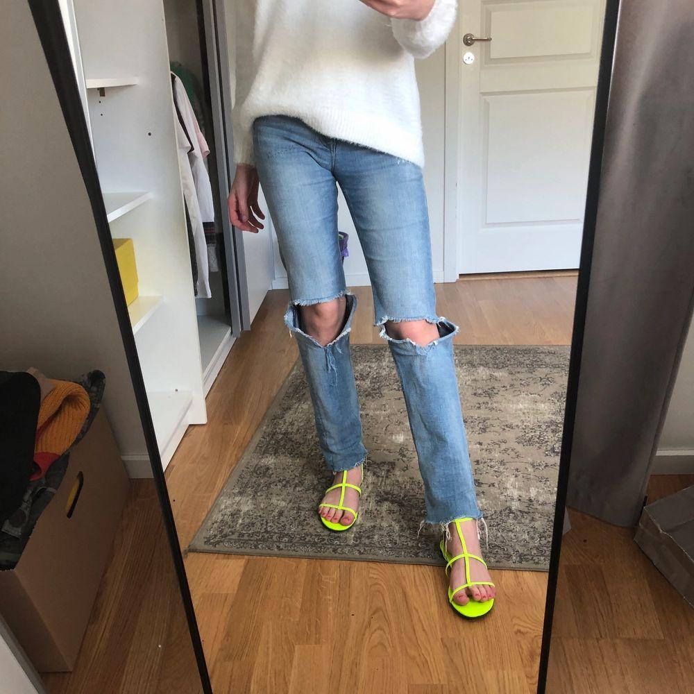 Säljer dessa jeans med hål i (liknar zara jeansen lite) i str 25/32 men passar även 26 skulle jag tro👩🏼🎤💜 Kan skicka fler bilder vid förfrågan 💛💛 Kan sänka pris vid snabb affär!! + frakten är EJ inkluderad🦋♥️säljer även tröjan och sandalerna!. Jeans & Byxor.