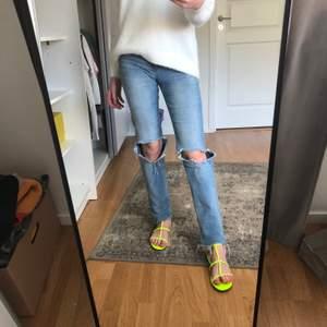 Säljer dessa jeans med hål i (liknar zara jeansen lite) i str 25/32 men passar även 26 skulle jag tro👩🏼🎤💜 Kan skicka fler bilder vid förfrågan 💛💛 Kan sänka pris vid snabb affär!! + frakten är EJ inkluderad🦋♥️säljer även tröjan och sandalerna!