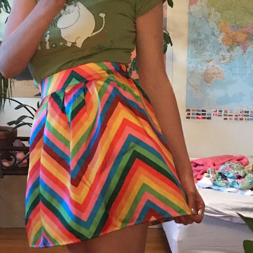 Ultimata kjolen om du ska på Prideparad eller fest med färgglatt tema eller ba närsomhelst!!! Väldigt fin form och har dragkedja baktill ☺️ . Kjolar.