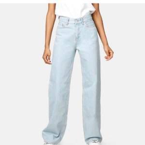 Säljer mina helt oanvända jeans från Junkyard. Dom är utsålda på hemsidan, så går inte att hitta dom på hemsidan! Ni står för frakten!