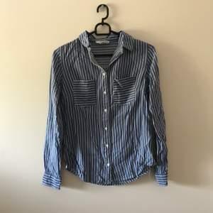 Blåvit randig skjorta 👔 priset är inkl frakt