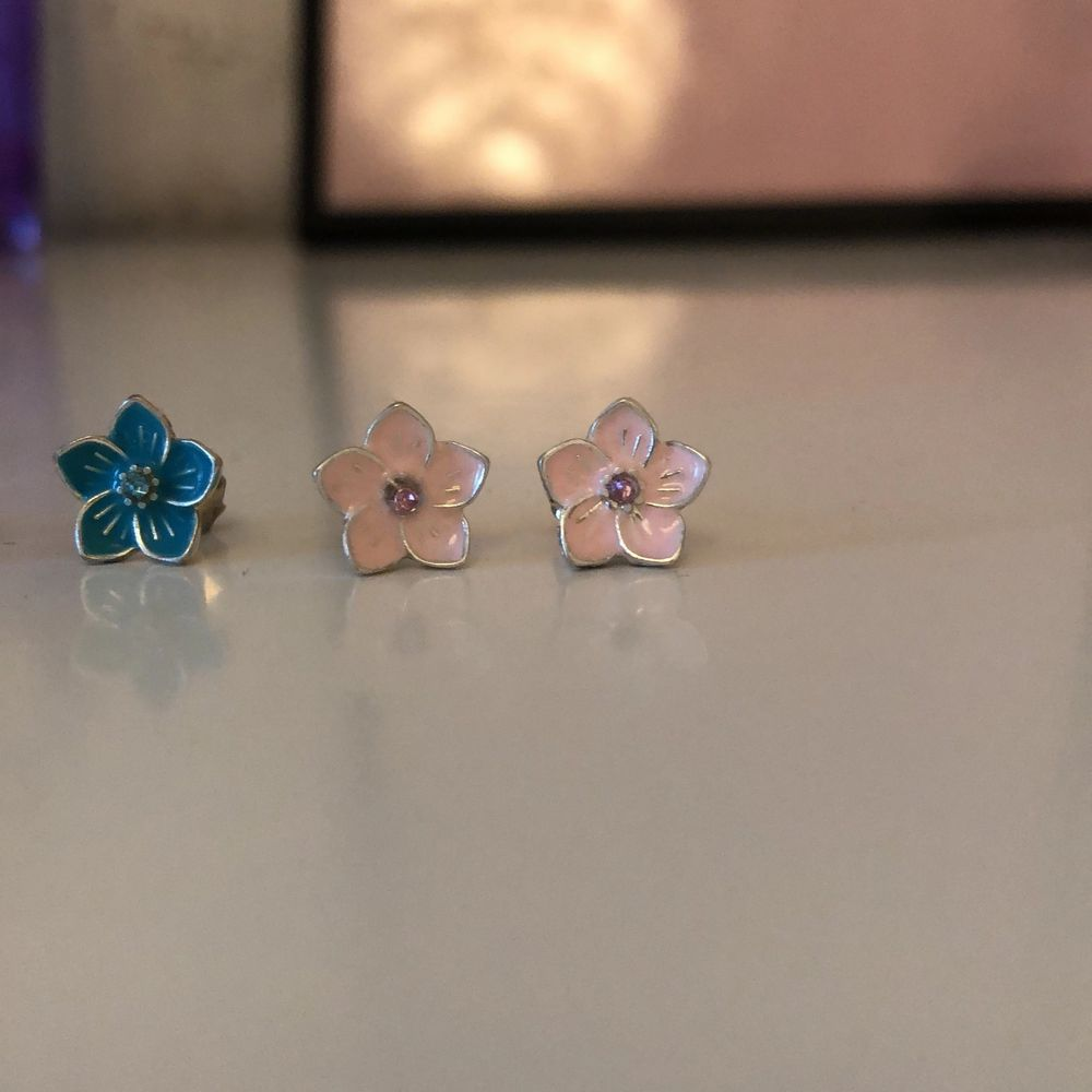 Tre blomörhängen som inte kommer till användning. 15kr för alla. Pris kan diskuteras!. Accessoarer.