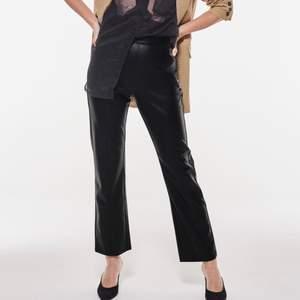 """helt nya och oanvända """"mindy pu trousers"""" skinnbyxor från ginatricot som inte finns kvar på hemsidan längre. Storlek M, säljes pga köpte fel storlek"""