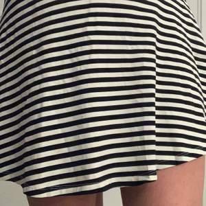 Fin randing kjol i strl XS. Använd ett fåtal gånger och är i väldigt bra skick!