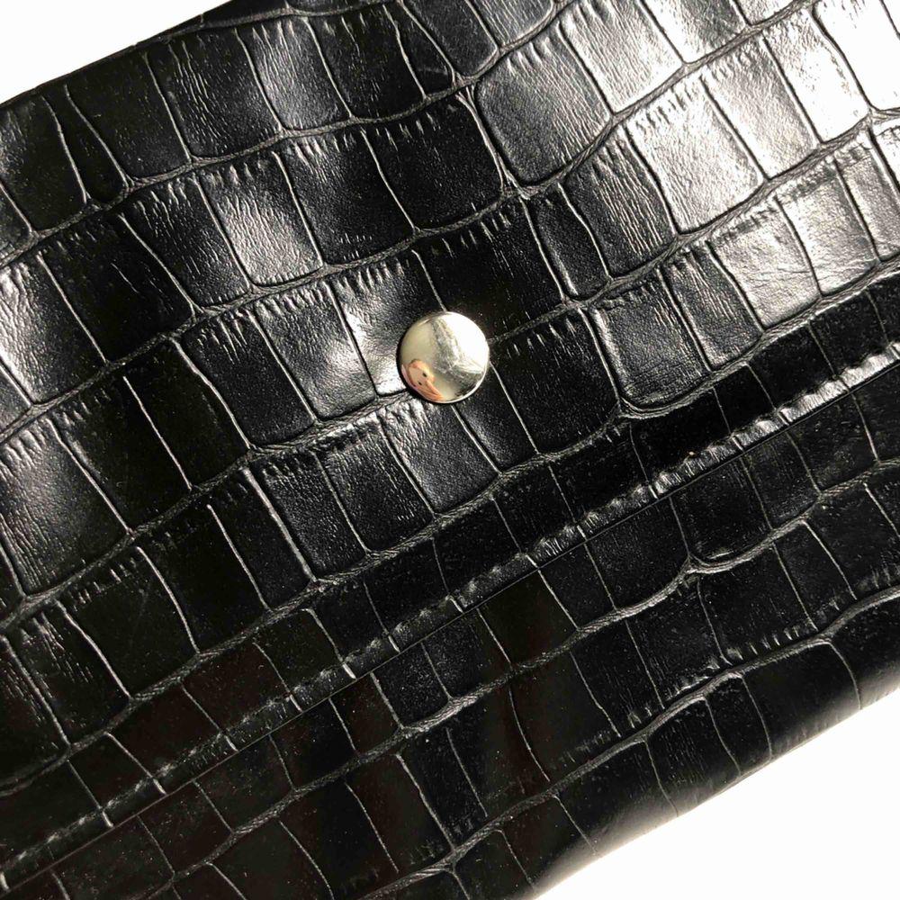 Jättefin trendig väska utan band✨ Köparen står för frakten🌱 Vill bli av med allt så fort som möjligt så kolla gärna in mina andra annonser också🥰. Väskor.