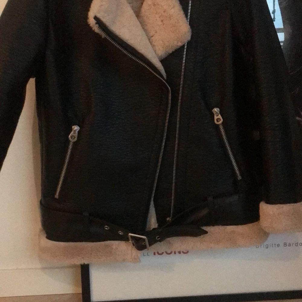 Använd endast 1 gång, oversized, från HM, tjock material som håller till vintern!! ❤️ fake leather. Jackor.