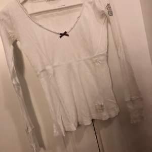 Långärmad tröja från odd Molly. Tröjan är i bra skick och säljs även i svart (storlek s) grå (storlek s) grå t-shirt (storlek xs)