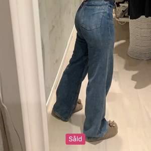 Säljer dessa jätte fina jeans från hm. Köpt här på plick, känner nu att de inte kommer till användning. Original pris 400kr. Frakt runt 50kr💕💕 OBS: lånad bild. Pris kan diskuteras