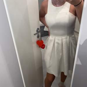 Söt vit klänning igen Gina Tricot i storlek 34, använd ett par gånger men är i bra sick.
