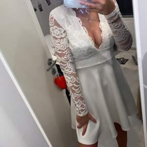 En super fin vit klänning med spets på ärmarna, använd en gång men är för v-ringad för min smak. Den är i storlek S ifrån Nelly.
