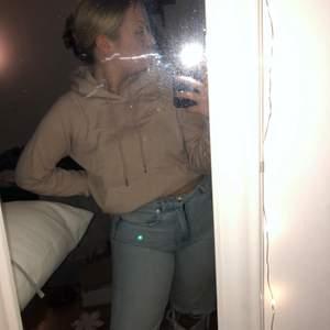 Beige hoodie från hm i storlek xs! Inprincip oanvänd så nyskick! Snygg beige färg🤍🤍  frakt tillkommer!