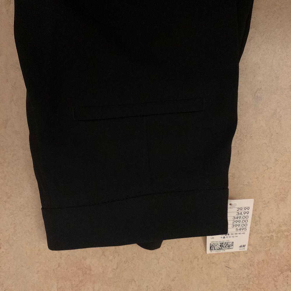 Säljer dessa raka kostymbyxor från hm. Det finns ett skärp och har fickor på rumpan. Stl 34. Kan mötas upp i Gävle/Söderhamn annars skickas för 53kr ✨. Jeans & Byxor.
