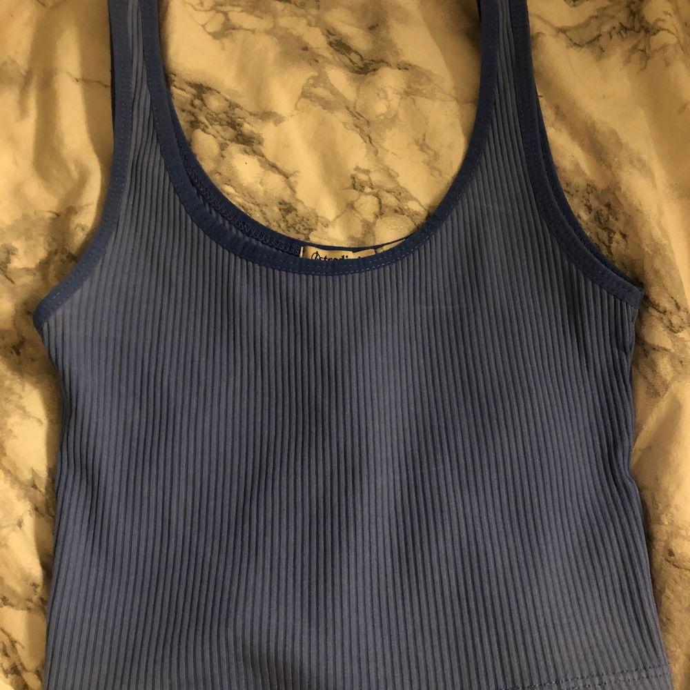 Blått linne med en mörkare blå rand från Stradivarius i strl XS. Skriv om ni vill ha bättre bilder, tex hur passformen är! Köptes för 99kr!. Toppar.