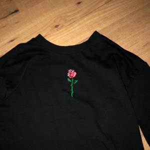 Säljer denna jättefina svarta tröja med en liten ros som tryck ifrån hm, bra skick, storlek xs men passar också s, köparen står för frakten