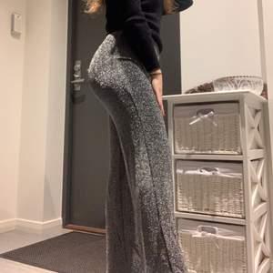 Säljer ett par supersköna glittriga byxor, i Stl S, perfekta för dig som vill vara uppklädd men ändå ha något bekvämt på dig på fest! 🌸❤️189kr inkl. Frakt❤️🌸