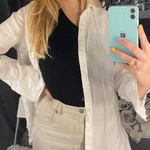 Linneskjorta från h&m! Har en liten fläck!                Köparen står för frakten! 😊