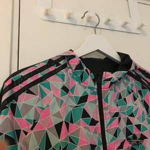 En Adidas jacka ifrån stadium i strl S som man kan ha på två olika sätt. Knappt använd och är i bra skick. 50kr + frakt 😊