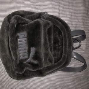 Säljer min superfina puma gråa mini ryggsäck som är lurvig då den aldrig används! Frakten är inräknad i priset<33