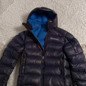 Säljer nu min blåa Peak-jacka i väldigt gott skick! Jackan är i storlek M. Den har används sparsamt.
