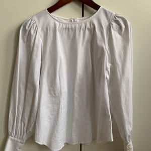 Blus använd enstaka gånger, inte min stil helt enkelt. Som ny och likaså den vita färgen! Strl: 34