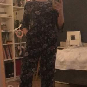 suuuuuperfin byxdress från lindex, passar helt perfekt om man vill klä upp sig men även i vardagen, säljer för 150kr inklusive frakt💕