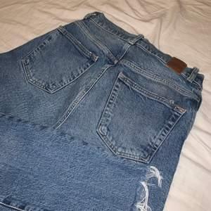 Mom jeans från Vero Moda i strl 29/30. Bra skick och sitter super snyggt på. Första till kvarn. Köparen står för frakten om den inte är möjligt att mötas upp. Nypris 600kr