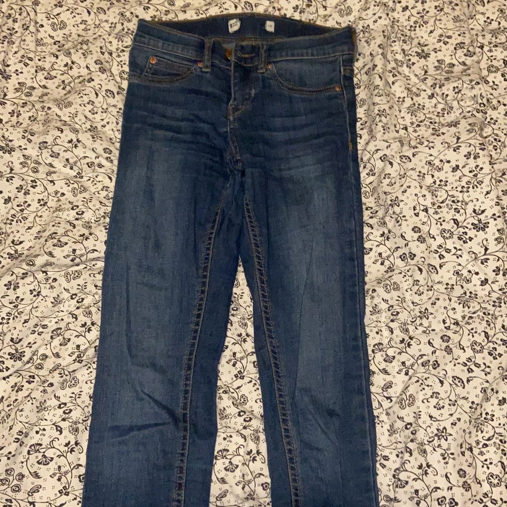 Säljer Molly Jeans från Gina Tricot i storlek XS. Använda kanske 2 gånger, sen passade dom inte längre för gick upp i vikt :/ hämtas upp eller fraktas. Jeans & Byxor.