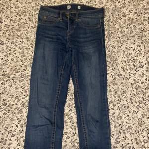 Säljer Molly Jeans från Gina Tricot i storlek XS. Använda kanske 2 gånger, sen passade dom inte längre för gick upp i vikt :/ hämtas upp eller fraktas