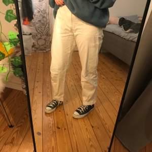 Super fina, och helt oanvända, gräddvita jeans från monki. Säljer dom pga dom är för små! Frakt tillkommer!❤️❤️