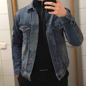 Tiger of Sweden punkinspirerad jeansjacka. Har broderingar på ärmarna och patches på ryggen och på ena armen. Väldigt bra kvalité och fin passform