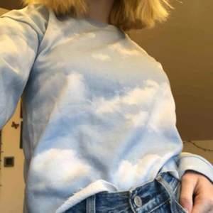 Sweatshirt med molnmotiv köpt från Lindex. Jättesöt och passar med ALLT❤️ Säljer då den inte används längre.