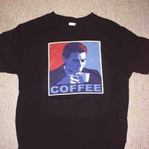 Twin peaks T-shirt, knappt använd, storlek medium.