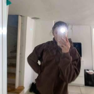En brun hoddie ifrån soc i storleken M. Inte blivit använd då de inte är min färg men ändå cool. Inga märken eller så, Möts upp i stockholm eller fraktar<3 (frakt ingår inte i priset& ingen bytesrätt)