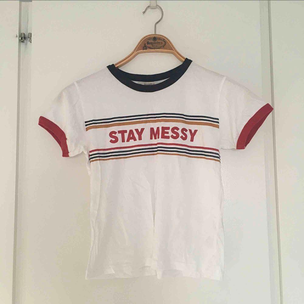 """""""Stay messy"""" T-shirt från pullandbear i storlek S. Aldrig använd . T-shirts."""