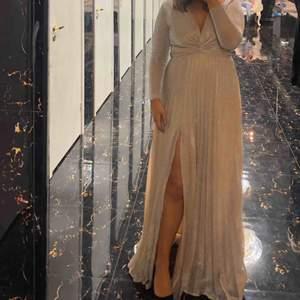 Magisk klänning från bubbelroom. Använd 1 gång på ett bröllop. Perfekt till vårbalen/studentbalen eller varför inte ett nytt bröllop. Ljusrosa/beige och glittrig. OBS liten i storleken. Jag är 38/40 egentligen men har 42 i denna.  Ord pris 1199 kr