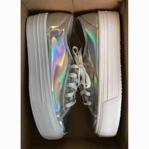 första bild: utan blixt andra bilden: med blixt  reflexiva skor från schuh. helt oanvända, köpta för ca 600. fraktar inte men möts upp i stockholm!