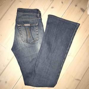 Riktigt snygga ljusa bootcut jeans som alla behöver i garderoben! Tvätten ser mörk ut på sista bilden, men de är ljusare. Jag är 166cm och längden är bra på mig, 25 i midjan. De är normalhöga i midjan. Från ett italienskt märke, Fornari🙌