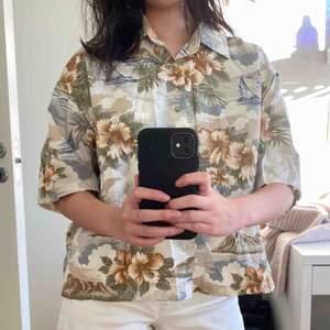 Hawaii skjorta från Brandy Melville. Köpt för några år sen men knappt använd 🖤 gjord i Korea. Pris inklusive frakt <3