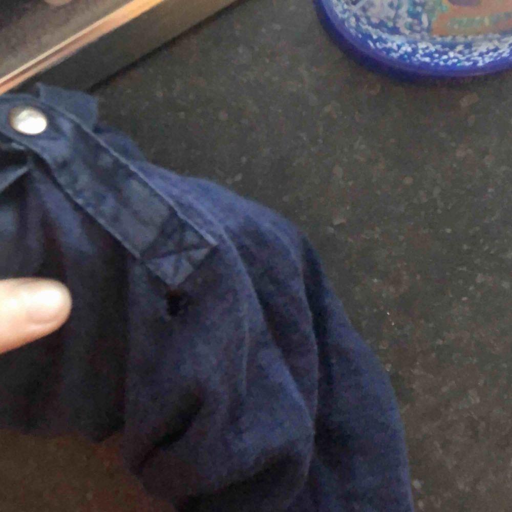 Massimo dutti tröja som är köpt för 500 men säljer för 150 pga ett litet hål i ena armen, syns dock verkligen inte! Lovar💜 pris kan oxå diskuteras , frakt tillkommer på 30 kr . Stickat.