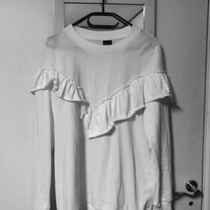 En tröja från ginatricot i storlek m :) Ansvarar inte för postens slarv.