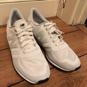Vita skor ifrån New Balance i storlek 42. Aldrig använda pga för stora.