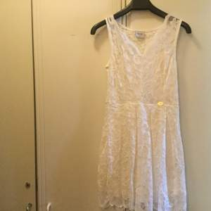 Den är vit. Köpt för 399 kr i Bubbleroom. Använd bara till studenten.