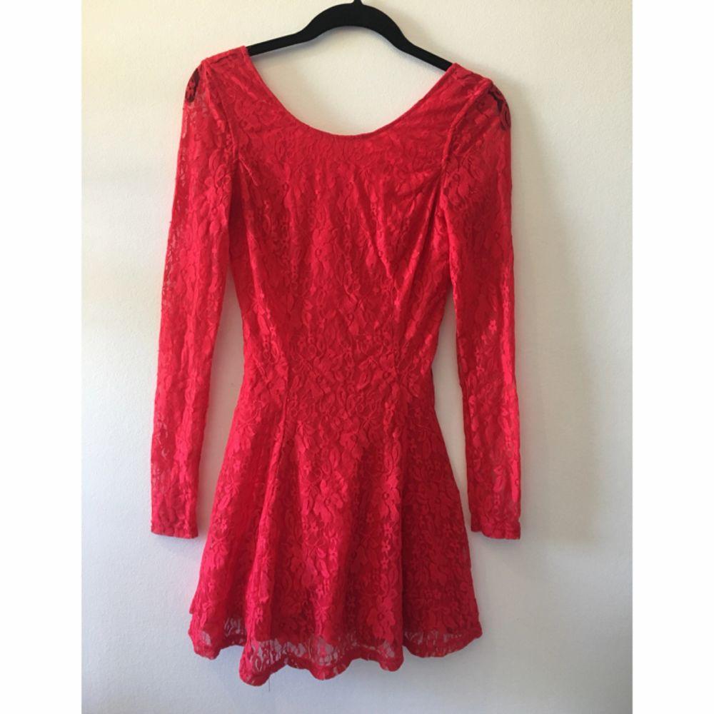 Söt röd spetsklänning från H&M. Låg ringning i ryggen (väldigt snyggt på). Klänningar.
