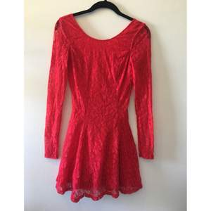 Söt röd spetsklänning från H&M. Låg ringning i ryggen (väldigt snyggt på)