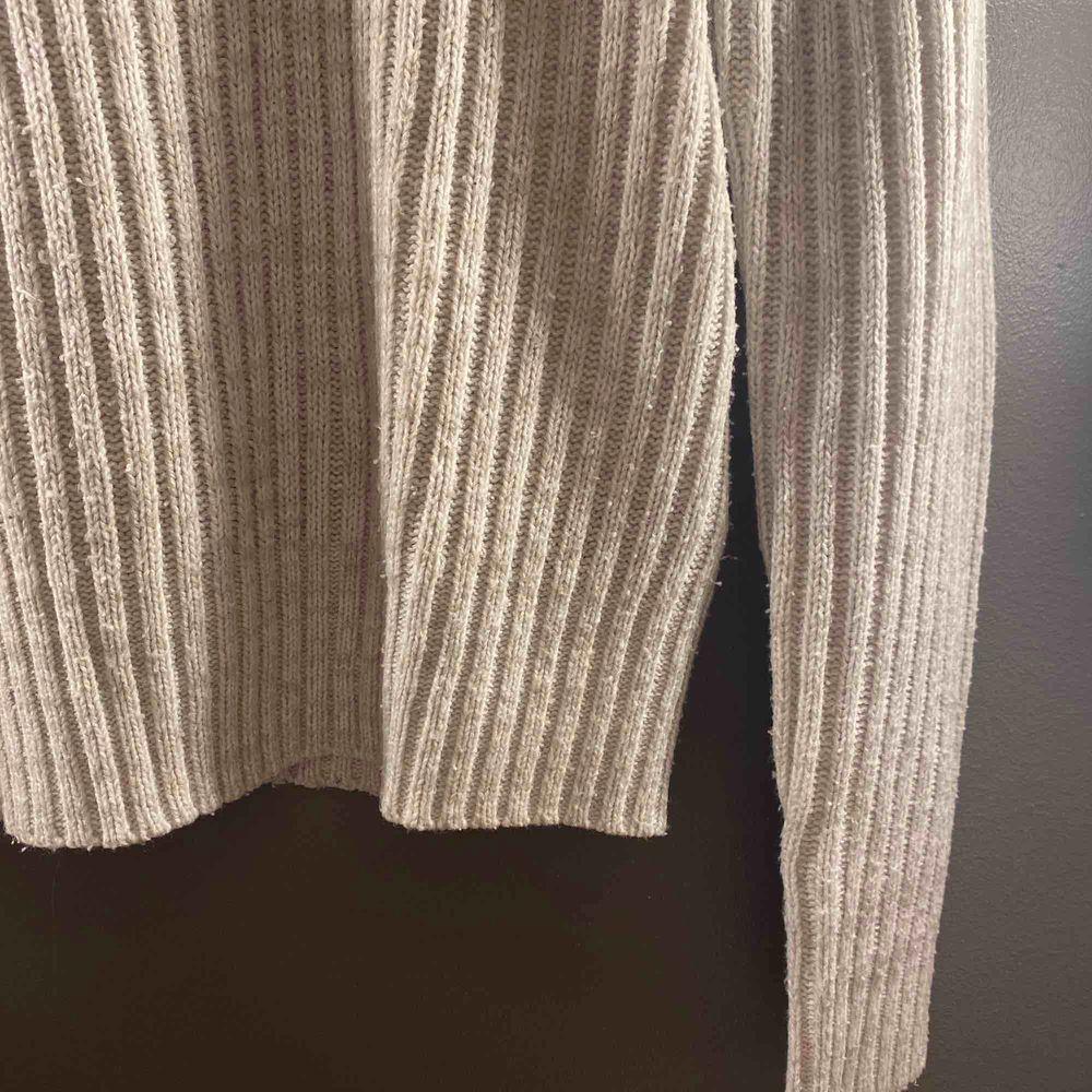 Välanvänd tröja från H&M men är i bra skick, Gråvit. Stickat.